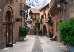 El hotel para adultos La França Travellers está muy próximo al Poble Espanyol de Barcelona